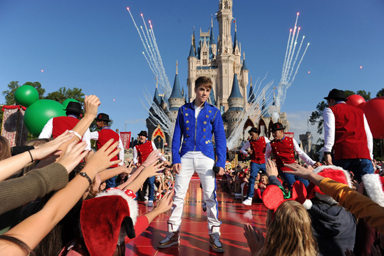 Christmas Day Parade.Diszine Blog Archive Justin Bieber Jennifer Hudson To